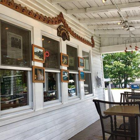 Lunenburg, Μασαχουσέτη: Lunch outside on the farmer's porch
