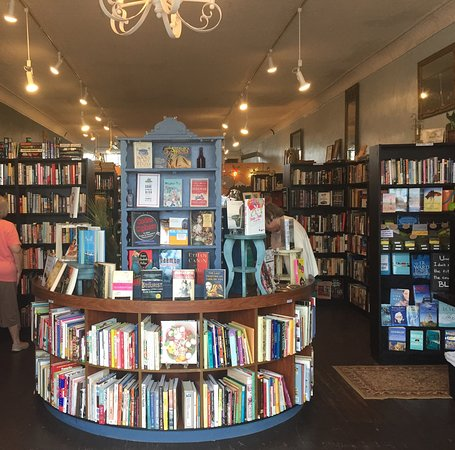 Forest City, NC: Lovely interior where books abound
