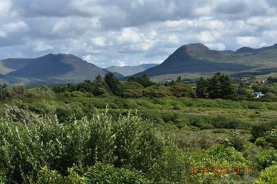 Moyard, Irland: Het uitzicht vanaf de tearoom van Cottage Handcrafts