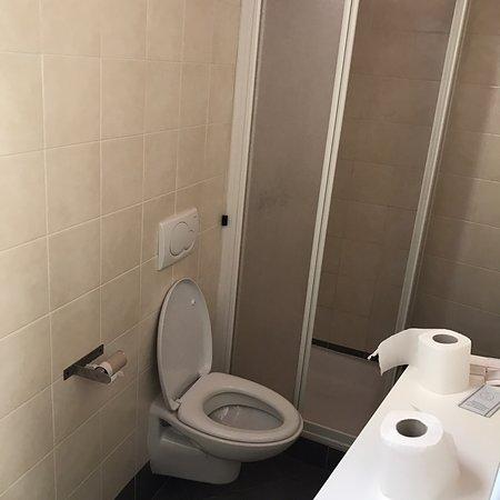 Laglio, Italia: Photo de la douche et des toilettes dans le couloir, communes à toutes les chambres