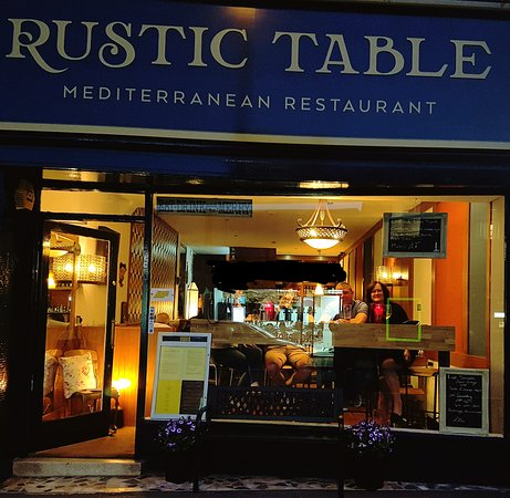 Rustic Table: Relaxed atmosphere
