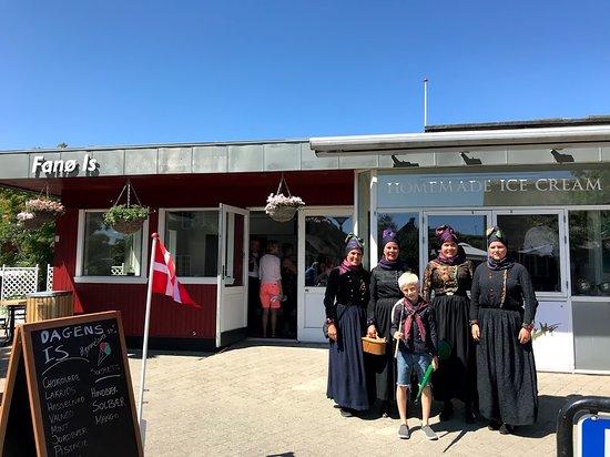 Nordby, Denmark: Fine fannikere foran butikken.