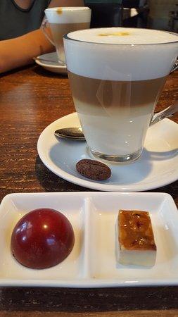 De Ouwe Smidte: latte macchiato met 2 bonbons (amarenen en cranberry/honing)
