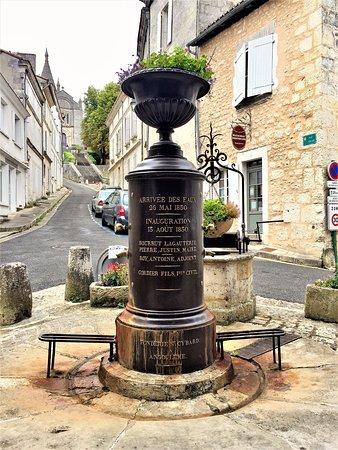 Villebois-Lavalette, فرنسا: Ces halles construites au 17ème siècle en remplacement de halles du 12ème