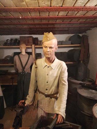Saint-Marcouf, France: Un prisonnier soviétique dans l'atelier ??? Avec une veste de travail allemande ?
