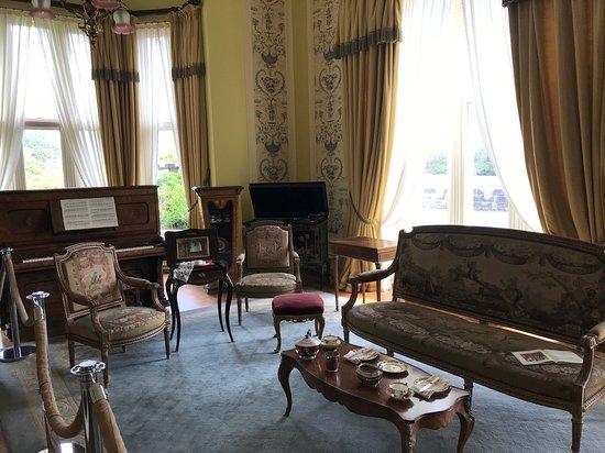 Кайлмор, Ирландия: Furniture in the first room