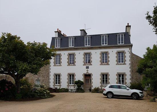 Guisseny, France: Vue de l'extérieur, l'ancien presbitaire rénové depuis 4 ans environ