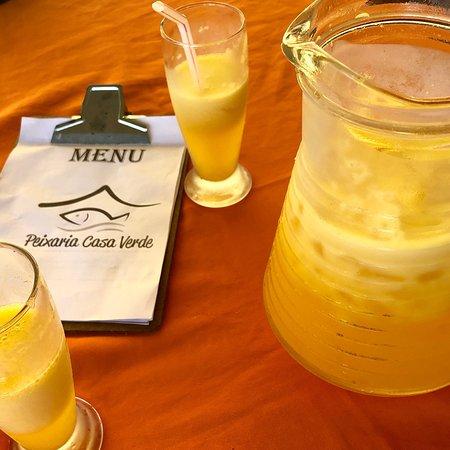 Brasileia, AC: Pratos de peixe frito e crocante e de peixe com camarão servidos com refrescante suco de maracuj