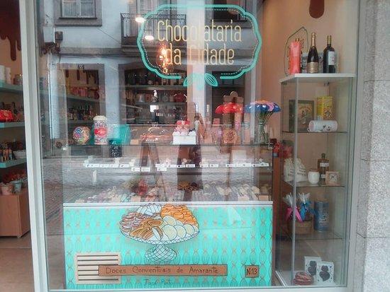 Amarante, Portugália: Montra da Chocolataria da Cidade decorada para receber o Festival MIMO 2018.