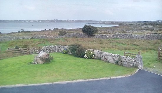 Lettermore, Irlandia: The view from our Bayview bedroom, showing the bay and some rugged countryside.