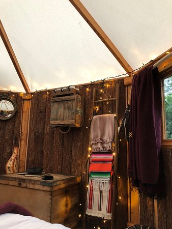 Chalford, UK: Pretty lights and decor inside the cabin.