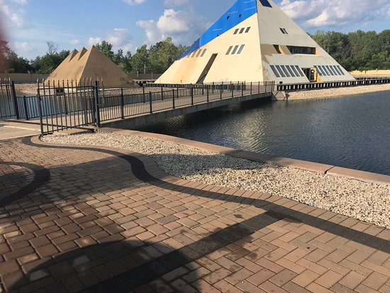 Wadsworth, IL: The Gold Pyramid House