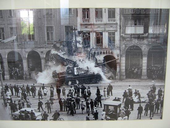 Bremische Buergerschaft: Fotoutstilling: stridsvogn mot demonstrantar i Praha 1968