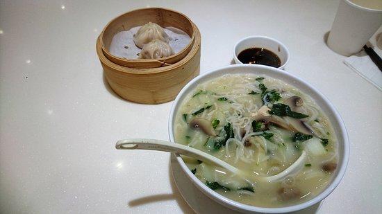 滬江嫩雞煨麵+小籠包