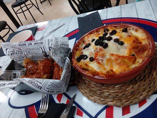 Pizarra, Spain: Entrada de alitas y ¡¡MEDIA!! Ración de Nachos