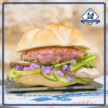 """La rosetta 🍔 """"Il Bisbetico Tonnato"""": Hamburger di Tonno, Arrosto di Vitello, salsa tonnata, ruc"""