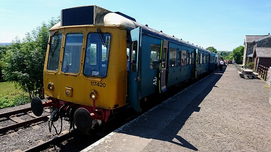 Leeming Bar, UK: Redmire Station front DMU set in Network Rail Blue