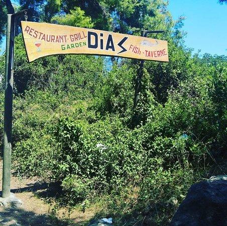 Dias Restaurant: вывеска на дороге в Каллифею (сама таверна чуть в стороне)