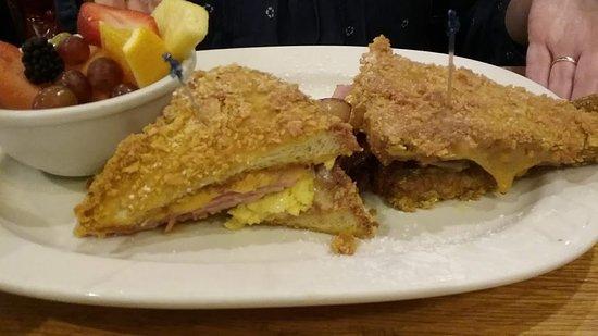 West Milwaukee, Ουισκόνσιν: My wife's Monte Cristo sandwich