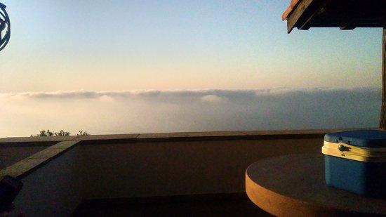 Agroturismo Maddiola: Desde la terraza, la mar nos daba experiencias con las nubes que se aproximaban y te envolvían