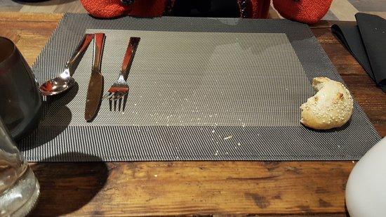 Isola 2000, Francja: table non deservie (pain,miettes...)couverts du dessert en place