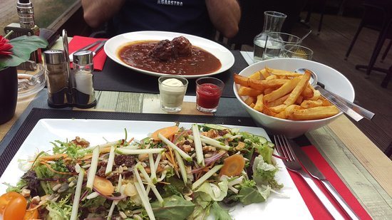 Wepion, Belgique : Salade végétarienne, frites et boulettes