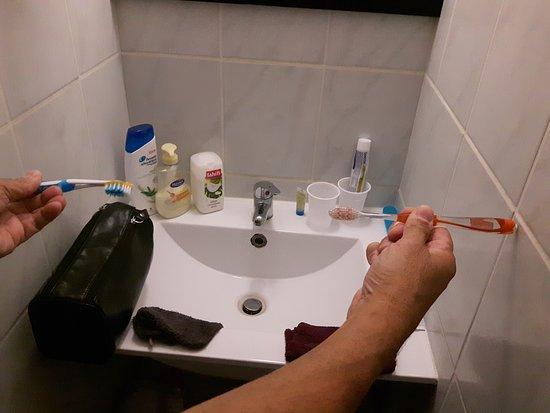 Veulettes-sur-Mer, Fransa: Largeur coin lavabo environ la longueur de 3 brosses à dent