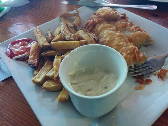 Britannia Pub & Grill: Fish and chips with tarter sauce