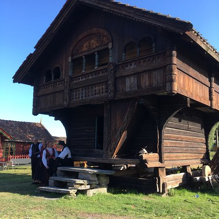 Bo I Telemark, นอร์เวย์: Historic buildings and a real farmer feeding the sheep