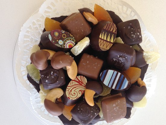 Sharon, MA: Edible chocolate dish with assorted handmade chocolates