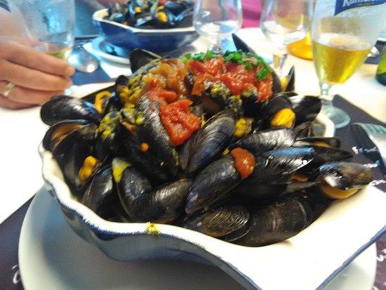 Logonna-Daoulas, Prancis: Les moules frites pleines de couleurs et d amitiés de Christine