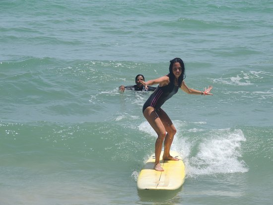 Cherngtalay, Tailandia: Fun, safe and a great feeling! Surfing at Bang Tao Beach.