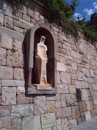 Montana de Montserrat: При входе на территорию монастыря Вас встречает Св.Георгий работы Субиракса