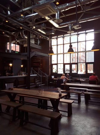 Love Lane Brewery Bar and Kitchen: Bar and tables