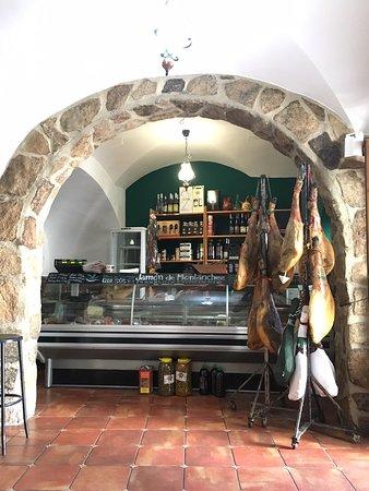 Montanchez, Spain: Mostrador lateral donde cortan el jamón y resto de productos típicos
