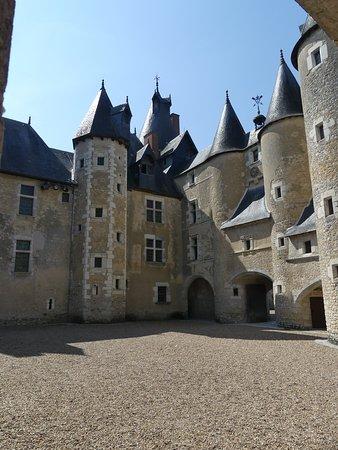 Fougeres-sur-Bievre, Frankrike: La cour