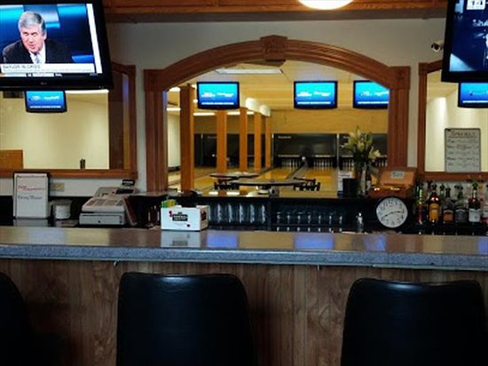 Poy Sippi, WI: Madell's Lanes Bar & Grill