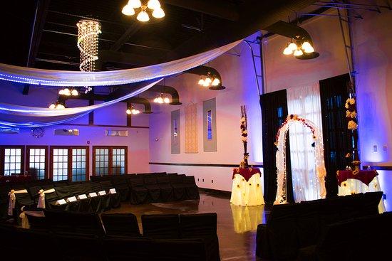 Colonie, Estado de Nueva York: Wedding Ceremony set up. The theme was navy blue, maroon and sunflowers!
