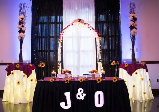Colonie, Nova York: Wedding Ceremony set up. The theme was navy blue, maroon and sunflowers!