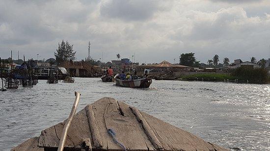 Ganvie, Benin: Retour sur la berge avec le port de pêche