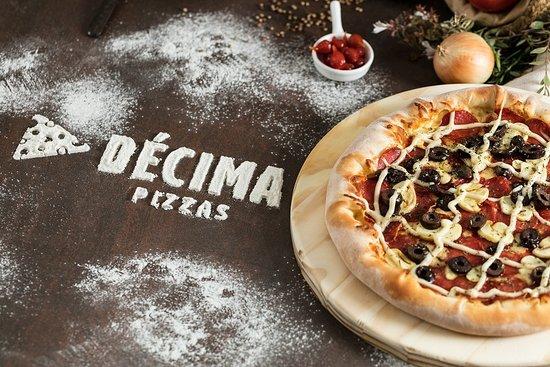 Decima Pizzas - Universitário: Pepperoni especial! Esse e mais de 70 sabores a sua escolha.
