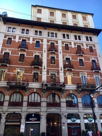 Milano, Casa Reininghaus: facciata su corso Genova