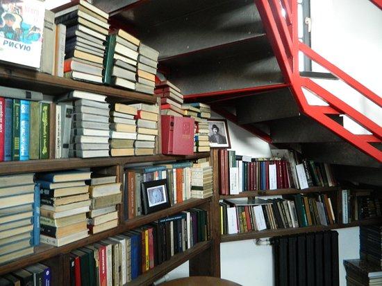 Vytegra, Rússia: библиотека под лестницей