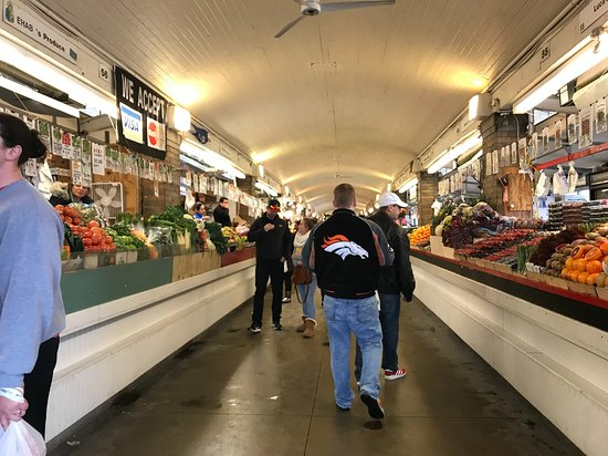 West Side Market: 野菜、フルーツが置いてある隣の建物