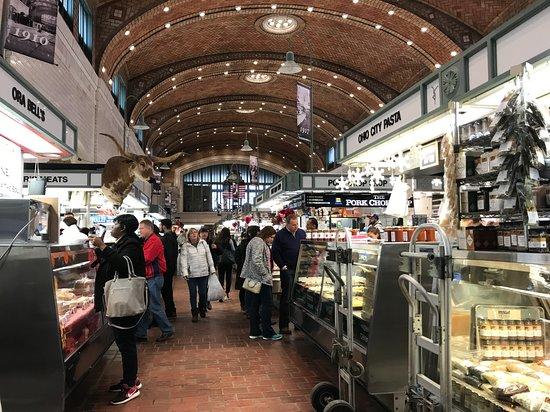 West Side Market: 天井は高い。2階の通路からも全体を望めるそう。