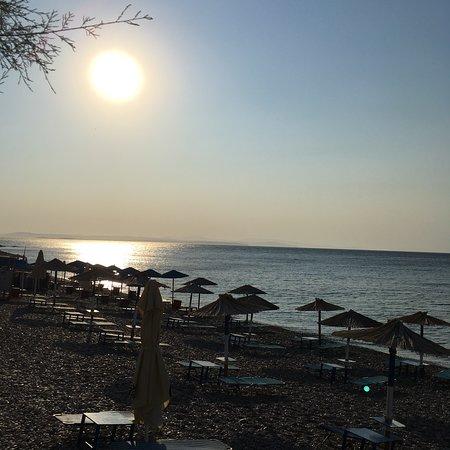 Paralia Agias Foteinis, Greece: Otelin hemen karşısındaki plaj
