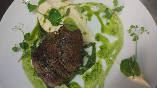 La Surprise: Filet de bœuf dans son jus vert et purée de chou-fleur