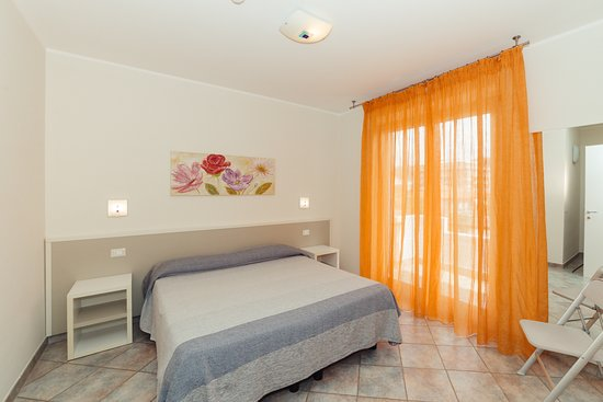 Zona soggiorno Bilocale B2 con divano letto - Picture of Residence ...