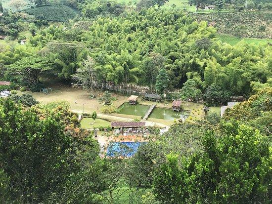 Finca Hotel Los Arrayanes: Esta foto fue tomada desde un lugar llamado el mirador, que se encuentra ingresando a los cafeta