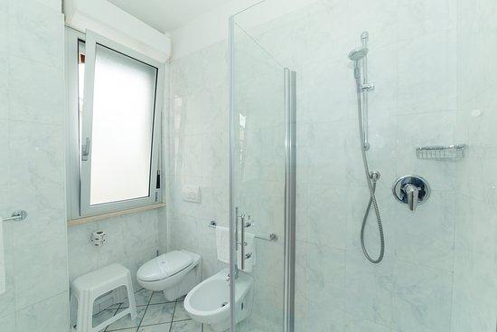 Cabine Doccia Cristallo : Porta doccia frameless con apertura saloon in cristallo mm